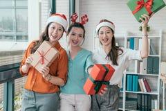Άνθρωποι που κρατούν το κιβώτιο δώρων στο γραφείο Στοκ εικόνες με δικαίωμα ελεύθερης χρήσης