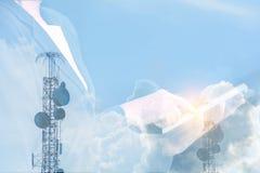 Άνθρωποι που κρατούν το τηλέφωνο ουρανού και τη δορυφορική κεραία, υπόβαθρο, comm Στοκ εικόνες με δικαίωμα ελεύθερης χρήσης