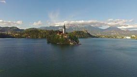 Άνθρωποι που κωπηλατούν στην όμορφη λίμνη βουνών αιμορραγημένος, Σλοβενία απόθεμα βίντεο