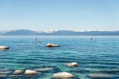 Άνθρωποι που κωπηλατούν τον όρθιο πίνακα στη λίμνη Tahoe στοκ εικόνες με δικαίωμα ελεύθερης χρήσης