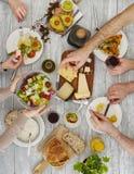 Άνθρωποι που μοιράζονται τα τρόφιμα στοκ εικόνες