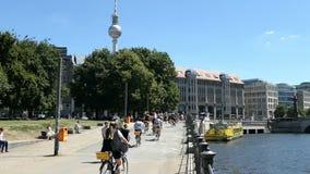 Άνθρωποι που οδηγούν ένα ποδήλατο, περιοδεύοντας alon τον ποταμό ξεφαντωμάτων στην περιοχή του Βερολίνου Mitte Πύργος TV του Βερο απόθεμα βίντεο