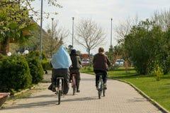Άνθρωποι που οδηγούν το ποδήλατο στην πόλη Shkoder Στοκ Εικόνες