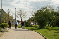 Άνθρωποι που οδηγούν το ποδήλατο στο πάρκο πόλεων Στοκ Φωτογραφίες