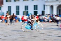 Άνθρωποι που οδηγούν ένα ποδήλατο Στοκ Φωτογραφίες