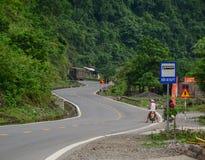 Άνθρωποι που οδηγούν τις μοτοσικλέτες στον αγροτικό δρόμο στο γιο Lang, Βιετνάμ Στοκ Φωτογραφία