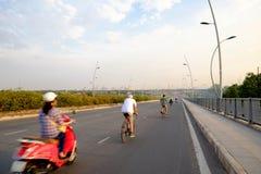 Άνθρωποι που οδηγούν τον κύκλο Moto στη γέφυρα στο Βιετνάμ Στοκ Εικόνες