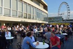 Άνθρωποι που πίνουν έξω από τη βασιλική αίθουσα φεστιβάλ μέσα με το Λονδίνο Ε Στοκ φωτογραφία με δικαίωμα ελεύθερης χρήσης