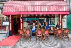 Άνθρωποι που πίνουν από το πεζούλι καφέδων Στοκ Φωτογραφία