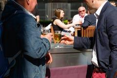 Άνθρωποι που πίνουν σε έναν υπαίθριο φραγμό στο Canary Wharf Στοκ Εικόνες