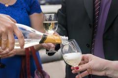 Άνθρωποι που πίνουν τη σαμπάνια στο κόμμα εορτασμού Στοκ φωτογραφία με δικαίωμα ελεύθερης χρήσης