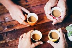 Άνθρωποι που πίνουν τον καφέ στοκ φωτογραφίες