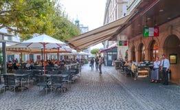 Άνθρωποι που πίνουν τον καφέ Στοκ εικόνες με δικαίωμα ελεύθερης χρήσης