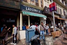 Άνθρωποι που πίνουν το παραδοσιακό ινδικό milkshake Lassi Στοκ φωτογραφία με δικαίωμα ελεύθερης χρήσης