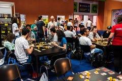 Άνθρωποι που παίζουν τα διαφορετικά επιτραπέζια παιχνίδια σε EECC 2017 στοκ εικόνα