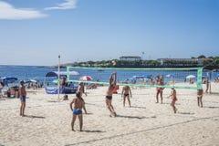 Άνθρωποι που παίζουν την πετοσφαίριση στο στηθόδεσμο Ρίο ντε Τζανέιρο παραλιών Copacabana Στοκ Φωτογραφία