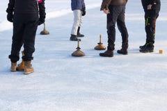 Άνθρωποι που παίζουν το κατσάρωμα σε μια παγωμένη λίμνη, Αυστρία, Ευρώπη στοκ εικόνες