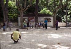 Άνθρωποι που παίζουν το παιχνίδι σφαιρών στοκ εικόνα με δικαίωμα ελεύθερης χρήσης