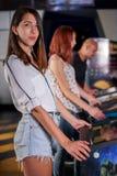 Άνθρωποι που παίζουν pinball στο arcade Στοκ εικόνα με δικαίωμα ελεύθερης χρήσης