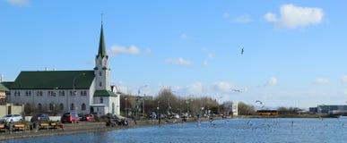 Άνθρωποι που παίρνουν ένα υπόλοιπο στην όχθη της λίμνης Στοκ φωτογραφίες με δικαίωμα ελεύθερης χρήσης