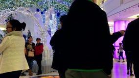 Άνθρωποι που παίρνουν την εικόνα μπροστά από τη διακόσμηση Χριστουγέννων απόθεμα βίντεο
