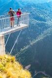 Άνθρωποι που παίρνουν τη φωτογραφία στο πανοραμικό μάτι αετών άποψης βουνών, Orlovo Oko σε Rhodope στοκ φωτογραφία με δικαίωμα ελεύθερης χρήσης