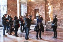 Άνθρωποι που παίρνουν τη φωτογραφία Aphrodite της Μήλου στο μουσείο του Λούβρου Στοκ εικόνες με δικαίωμα ελεύθερης χρήσης