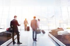 Άνθρωποι που παίρνουν τις αποσκευές στον αερολιμένα ελεύθερη απεικόνιση δικαιώματος