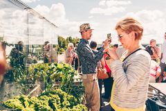 Άνθρωποι που παίρνουν τις φωτογραφίες με τα mobiles τους στη στέγη της Τάμπερε Talo Στοκ εικόνες με δικαίωμα ελεύθερης χρήσης