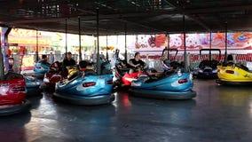 Άνθρωποι που παίρνουν το αυτοκίνητο προφυλακτήρων στις διασκεδάσεις καρναβάλι δυτικών ακτών φιλμ μικρού μήκους