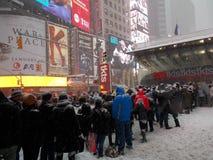 Άνθρωποι που παρατάσσονται στο θάλαμο εισιτηρίων Broadway έκπτωσης κατά τη διάρκεια της χιονοθύελλας Στοκ φωτογραφία με δικαίωμα ελεύθερης χρήσης
