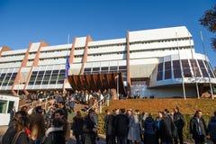 Άνθρωποι που παρευρίσκονται στο κτήριο COE για το λεπτό της σιωπής Στοκ Φωτογραφίες