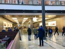 Άνθρωποι που περιμένουν μπροστά από τη Apple Store Στοκ εικόνες με δικαίωμα ελεύθερης χρήσης