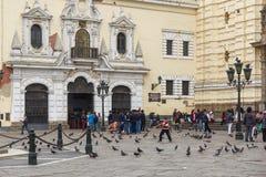 Άνθρωποι που περιμένουν να επισκεφτεί το μοναστήρι του Σαν Φρανσίσκο στη Λίμα, Περού στοκ εικόνα