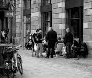 Άνθρωποι που περιμένουν στη σειρά αναμονής τη νέα έναρξη iphone της Apple Στοκ Εικόνα