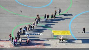 Άνθρωποι που περιμένουν στη σειρά για ένα λεωφορείο στοκ φωτογραφίες με δικαίωμα ελεύθερης χρήσης