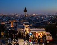 Άνθρωποι που περιμένουν στη σειρά για ένα πρόχειρο φαγητό σε Montmatre Παρίσι Γαλλία στοκ φωτογραφία με δικαίωμα ελεύθερης χρήσης