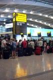 Άνθρωποι που περιμένουν στη σειρά στον αερολιμένα Στοκ Εικόνα