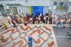 Άνθρωποι που περιμένουν στη σειρά στον αερολιμένα στοκ εικόνα με δικαίωμα ελεύθερης χρήσης