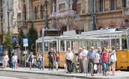 Άνθρωποι που περιμένουν στο σταθμό τροχιοδρομικών γραμμών, Βουδαπέστη, Ουγγαρία στοκ εικόνα