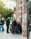 Άνθρωποι που περιμένουν στο queu τη νέα έναρξη iphone της Apple Στοκ φωτογραφία με δικαίωμα ελεύθερης χρήσης