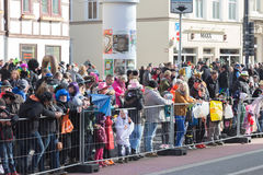 Άνθρωποι που περιμένουν την έναρξη καρναβαλιού Στοκ εικόνα με δικαίωμα ελεύθερης χρήσης