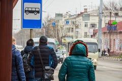 Άνθρωποι που περιμένουν το λεωφορείο στην πίσω άποψη στάσεων λεωφορείου στοκ εικόνα με δικαίωμα ελεύθερης χρήσης