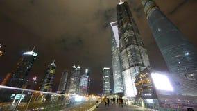 Άνθρωποι που περνούν τον αστικό επιχειρησιακό ουρανοξύστη τη νύχτα, κτήριο ορόσημων της Σαγγάης απόθεμα βίντεο