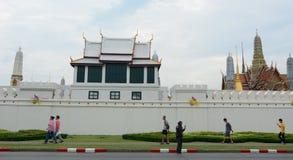 Άνθρωποι που περπατούν έξω από το μεγάλο παλάτι στη Μπανγκόκ, Ταϊλάνδη Στοκ εικόνες με δικαίωμα ελεύθερης χρήσης