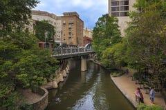 Άνθρωποι που περπατούν από το Riverwalk στην πόλη του San Antonio στο Τέξας, ΗΠΑ Στοκ Φωτογραφία