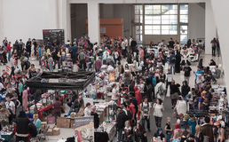 Άνθρωποι που περπατούν γύρω από τις αγορές με τα αγαθά της Ιαπωνίας anime Στοκ φωτογραφία με δικαίωμα ελεύθερης χρήσης