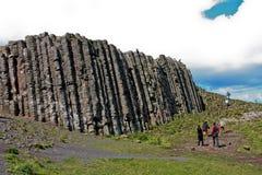Άνθρωποι που περπατούν γύρω από τις στήλες βασαλτών υπερυψωμένων μονοπατιών γιγάντων και τους απότομους βράχους, Βόρεια Ιρλανδία Στοκ φωτογραφία με δικαίωμα ελεύθερης χρήσης