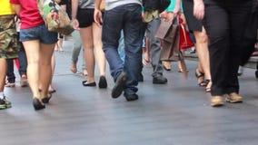 Άνθρωποι που περπατούν επάνω τα σκαλοπάτια φιλμ μικρού μήκους
