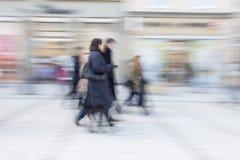 Άνθρωποι που περπατούν, ευτυχείς αγορές, θαμπάδα κινήσεων Στοκ Φωτογραφίες
